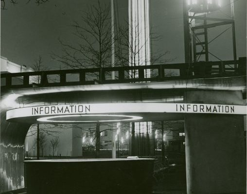 """Manuscripts and Archives Division, The New York Public Library. """"Information Booths - Booth at night"""" The New York Public Library Digital Collections. 1935 - 1945. (Ausschnitt) http://digitalcollections.nypl.org/items/5e66b3e9-09d2-d471-e040-e00a180654d7"""