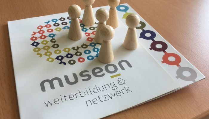 museOn Flyer und Teamfiguren